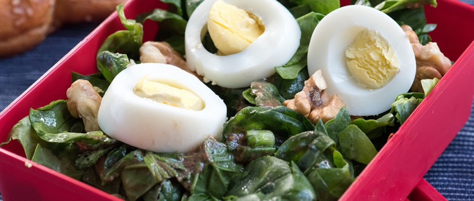 Spinach salad with light dressing