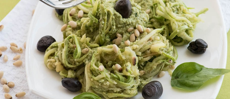 Zucchini noodles with avocado for a detox day