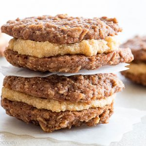 Oats and honey sandwich cookies with persimmon filling