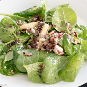 Spinach and wild rice salad with apple